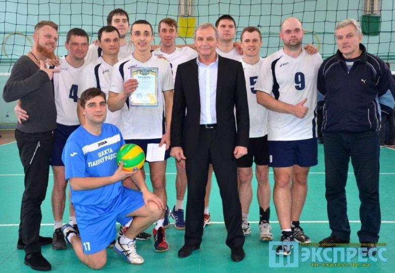 команда волейболистов ШУ Павлоградское с тренерами Наумовым С.Н. (в центре) и Ломановым А.И. (справа) =